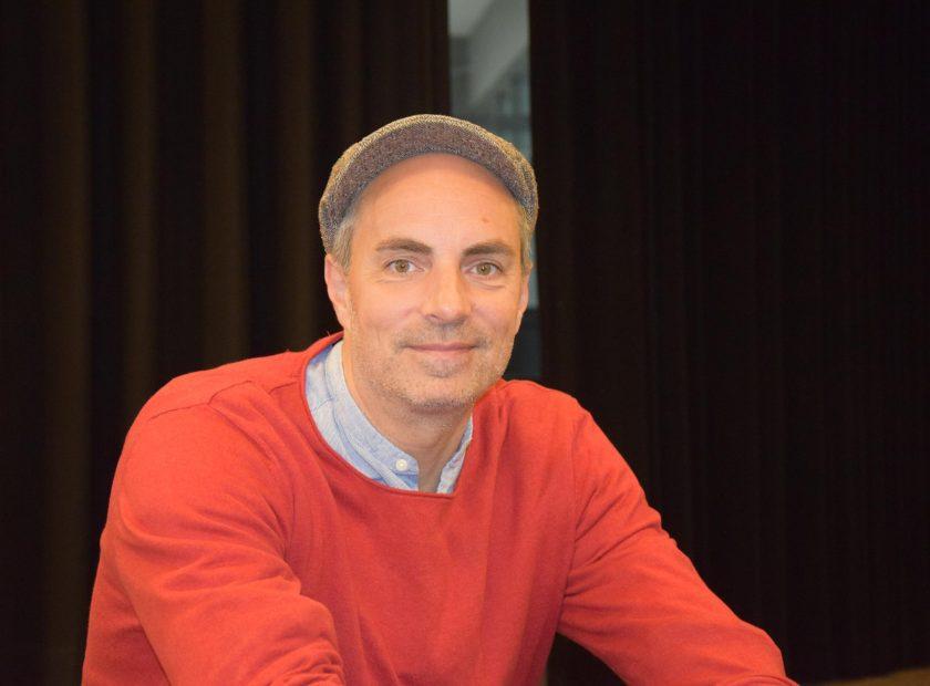 Nils Mohl liest für die Schülerinnen und Schüler der E-Phase