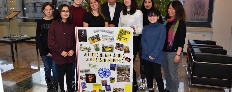 Pressemitteilung Schülergruppe der Hohen Landesschule überreicht Menschenrechte an den Oberbürgermeister