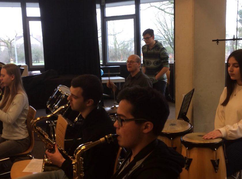 Workshop für HOLAs Blechle – Schüler und Lehrer musizieren gemeinsam