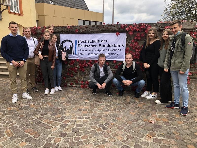 Berufsorientierung auf hohem Niveau: Wirtschaftskurse der HOLA besuchen die Hochschule der Bundesbank auf Schloss Hachenburg im Westerwald