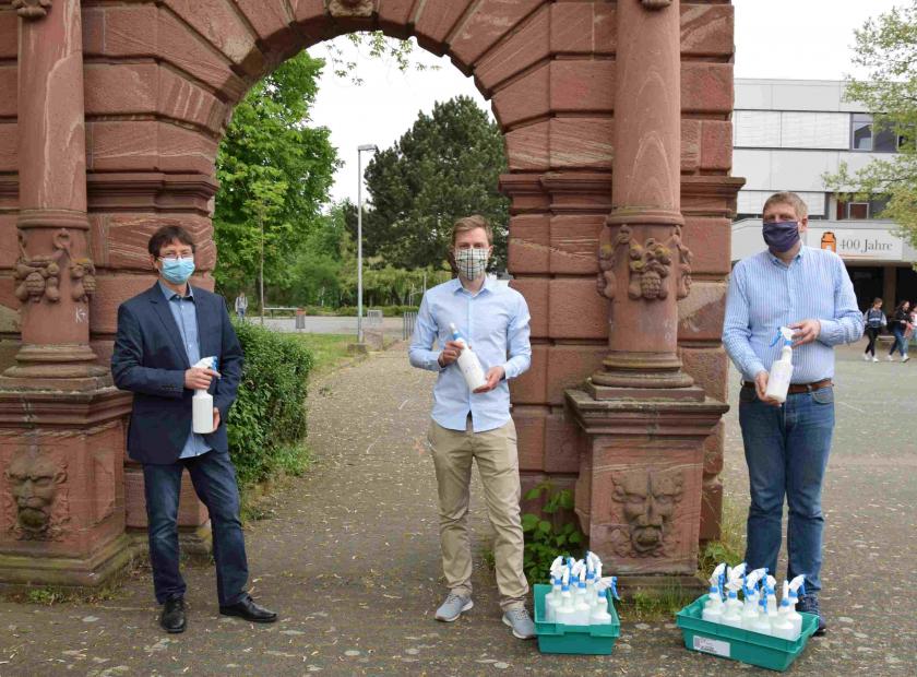family-Apotheke spendet Desinfektionsmittel an Hohe Landesschule